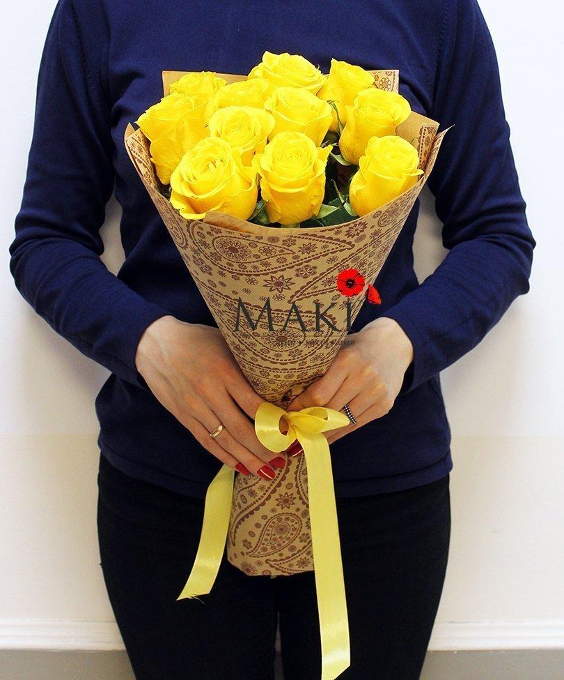 11 желтых роз в крафт бумаге