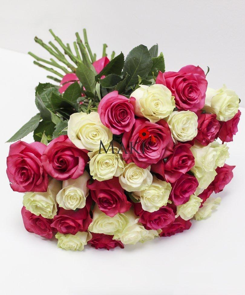 35 бело-розовых роз