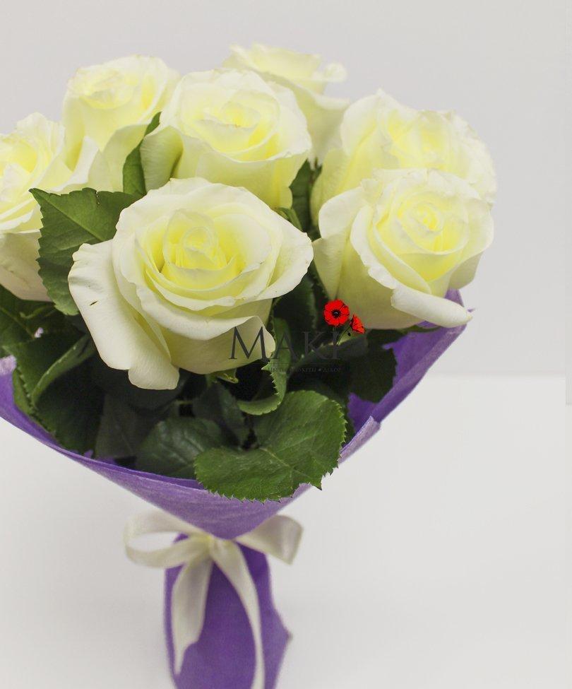 Букет из 7 белых роз в фетре