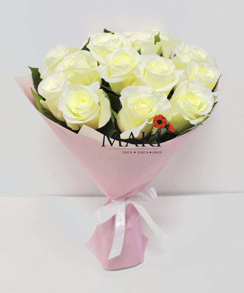 Букет из 15 белоснежных роз в крафт бумаге