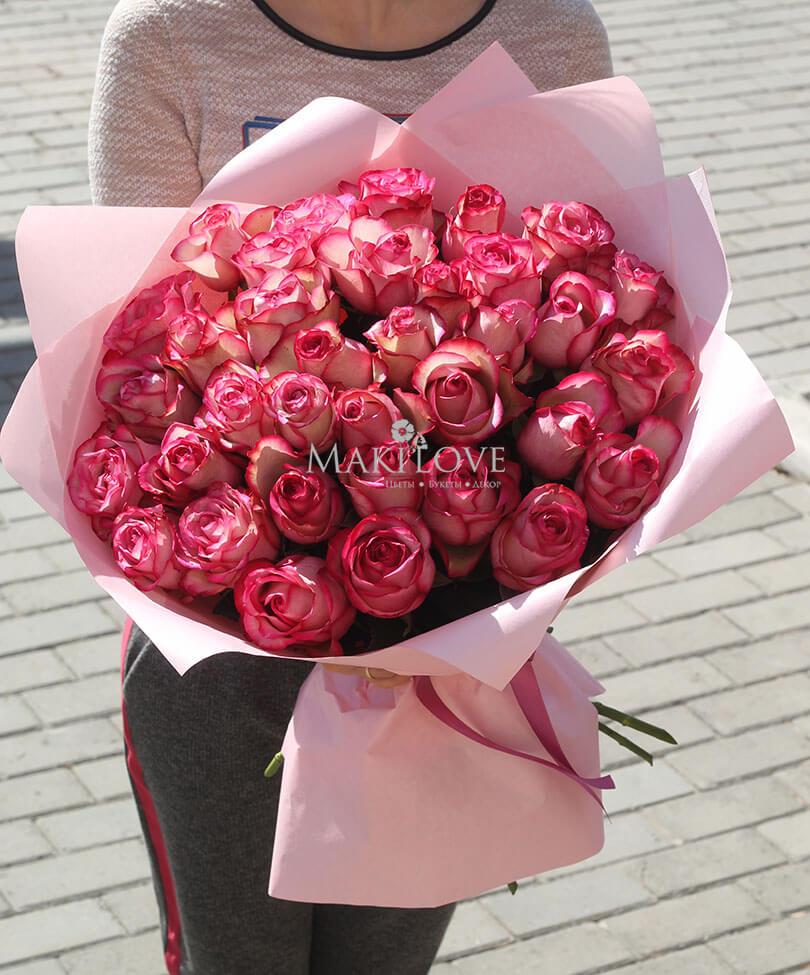 35 розовых роз в крафт бумаге