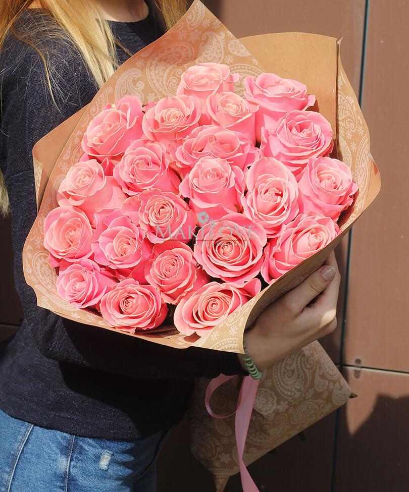 Букет 21 розовая роза в крафт бумаге