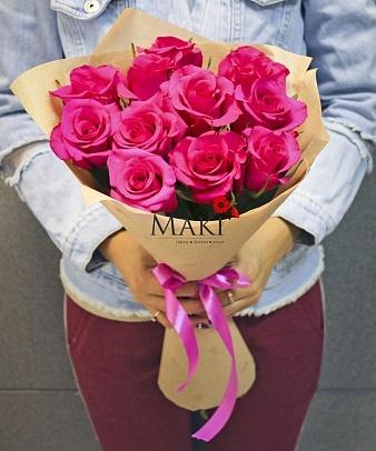 Букет из 9 розовых роз в крафт бумаге