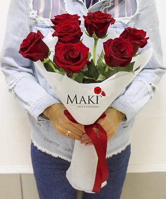 Букет из 7 красных роз в фетре