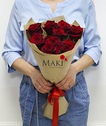 Букет из 9 красных роз в крафт бумаге
