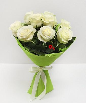 Букет из 9 белых роз в фетре