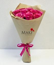 11 розовых роз в крафт бумаге
