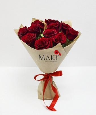 11 красных роз в крафт бумаге