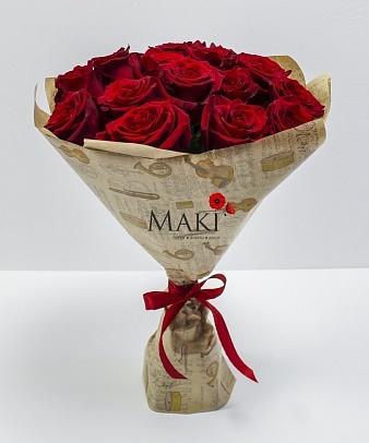 15 красных роз в крафт бумаге