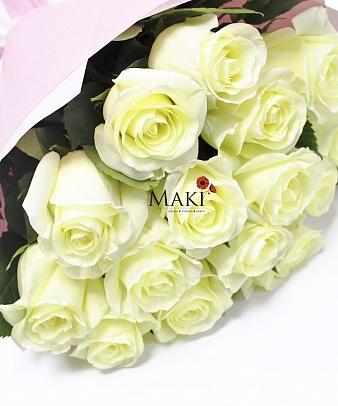 15 белоснежных роз в крафт бумаге