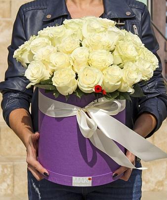 35 белых роз в шляпной коробочке