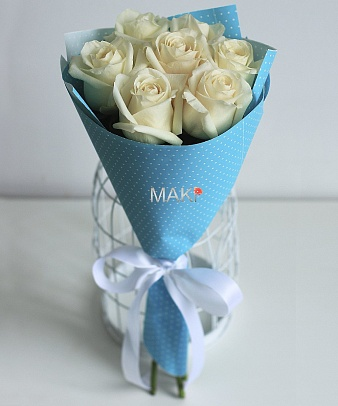 Букет из 7 белых роз в крафт бумаге