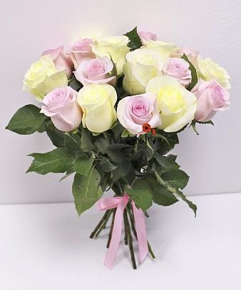 15 бело-розовых роз