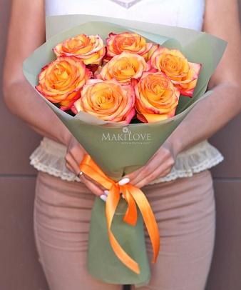 Букет из 7 оранжевых роз в крафте