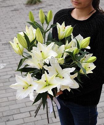 5 белых лилий