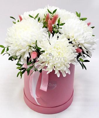 Букет хризантем «Лондон» в шляпной коробке