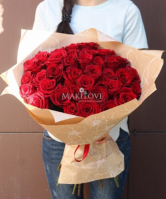 Букет из 35 красных роз в крафт бумаге