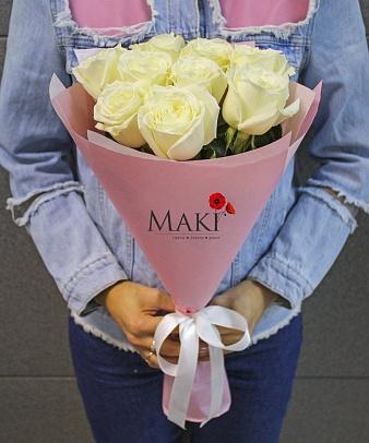 Букет из 9 белых роз в крафт бумаге