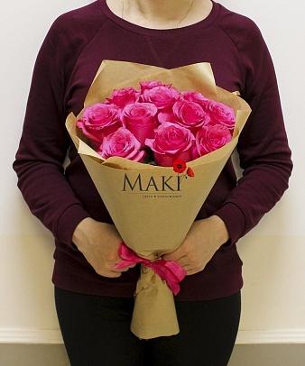 Букет 11 розовых роз в крафт бумаге