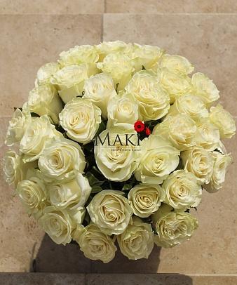 Букет 35 белых роз в шляпной коробочке